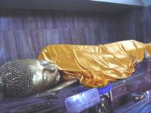 Méltó pompával temették el, holttestét elégették, maradványait pedig ereklyeként szétosztották és sztúpákat emeletek fölé.