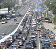 Peking képe nagyon hasonlít bármelyik világvároshoz a felhőkarcolóival, a növekvő autóforgalmával.
