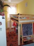 Új helyet alakítottunk ki a 3-as gua számú kislány számára a nappali egy térelválasztóval elkülönített részén DNY-on.