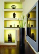 Képekkel, dísztárgyakkal is egyensúlyt teremthetsz a nappalidban.