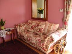 Példa a tűz elemű nappalira, melyet a fal színe és a hozzá illő kárpit megválasztásával érhetsz el.