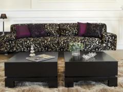 A fekete szín és hullámos forma különleges hatást kelt a nappaliban.
