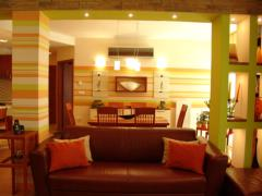 Ha nem elég világos a nappalid fényekkel, vidám színekkel segíthetsz a kedvező hatás elérésében.
