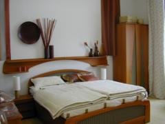 A családtagok személyes energiáinak megfelelő legkedvezőbb helyen lesz az ágy az ülőgarnitúra és a szekrények.
