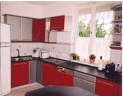 Ennél a konyhánál a tűz és fém elem dominál (bordó, szürke), melyek között a harmóniát valamilyen sárga színű tárggyal teremtheted meg: pl. kaspók, terítő, tányérok, poharak.