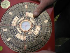 A klasszikus feng shui tanácsadó egy különleges iránytű (Lou Pan) segítségével méréseket végez házad homlokzatának, oldalának több pontján, annak érdekében, hogy a pontos irányát megismerje.