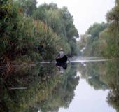 Megnyugtató egy csendes folyó partján ülni