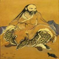 """Fu-Hszi (Fu Xi) az egyik legjelentősebb alakja a kínai mitológiának. Egyes források szerint 116 évet élt. Sokoldalú volt: értett a hálókészítéshez, a vadállatok szelídítéséhez, de foglalkozott a zenével és a matematikával is. A mondák szerint Fu Xi a Sárga folyóból felbukkanó mitikus állat, egy """"sárkány-ló"""" hátán látta meg a fehér és fekete pontokból álló ún. He Tu ábrát. Az ő nevéhez fűződik a 8 trigram (Ba Gua) megalkotása."""