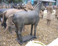 A Csin-dinasztia fővárosában Hszianban sok ezer életnagyságú agyagkatona és ló szobrát ásták ki, melyet Cserép vagy Agyaghadseregnek neveztek.