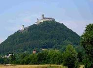A hegyen lévő vár szintén ki van téve az időjárás viszontagságainak.