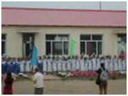Az első projekt a két falusi iskola megépítése volt, ezzel a kínai családok életének fókuszában álló (egyke, jól iskolázott) gyermekek megnyerése volt a cél.