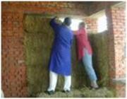 A projekt fenntarthatósága érdekében mégis kénytelenek voltak az épületekben téglát is alkalmazni, mert a falusi családok számára a téglaház jelentette az elfogadható életszínvonalat.