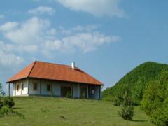 Jó ha lankás domb vagy magas fák állnak a ház háta mögött